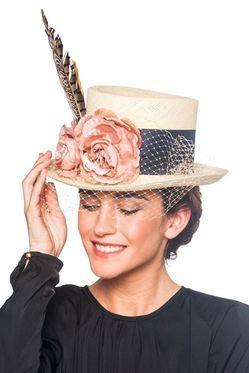 Женская шляпа с декором что означает фото