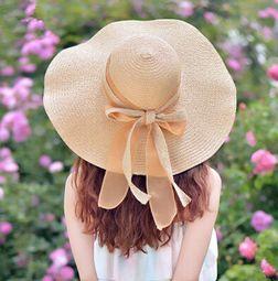Что означает цветок на женской летней шляпе фото