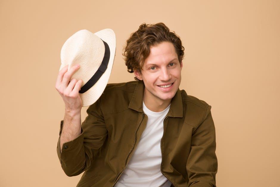 Мужские шапки снимать ли в помещении фото